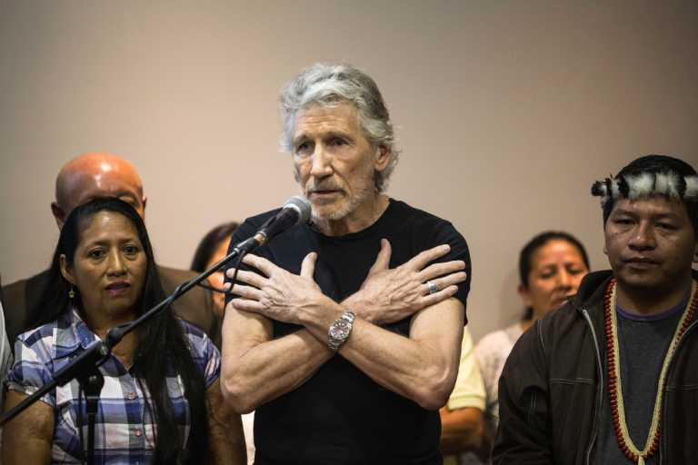 "Roger Waters had trouble getting into his private plane, where the lawyer Steven Donzinger was traveling, who fights against Chevron, to which Waters said: ""They cost us an hour, but they did not discourage us."" Photo by Jonatan Rosas."