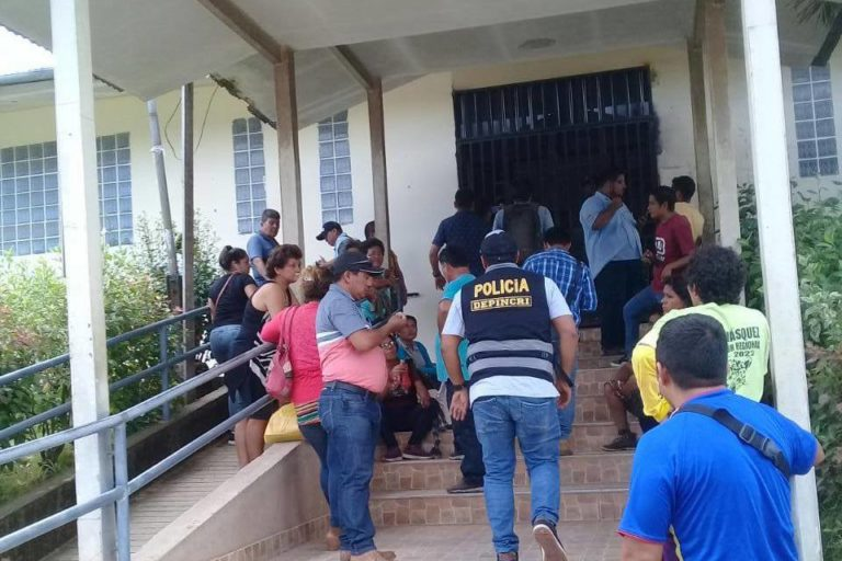 Officials from the anti-corruption police and the criminal prosecutor entered the office on Wednesday, December 12. Image courtesy of Pucallpa.