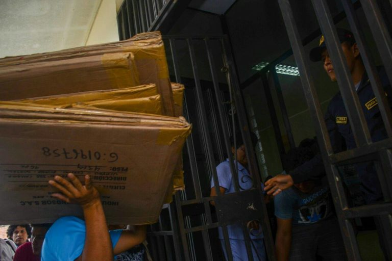 The anti-corruption police and the criminal prosecutor took dozens of boxes to the raided office to store all the material. Image by José León for Diario Ímpetu.