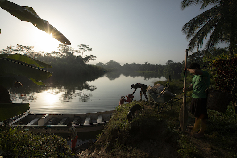 Boat drivers load gas and prepare for a new day in Puerto Indio. Rivers are the arteries that connect the communities in the Darién Gap. Image by Alexander Arosemena for Mongabay.