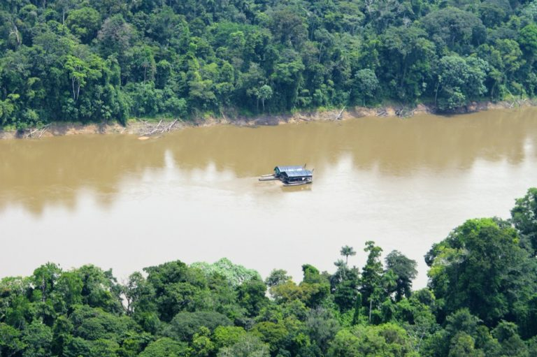 Illegal mining in the Caquetá River. Image by Rodrigo Botero – FCDS.