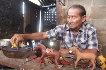 George Tancredo, an indigenous Rupununi balata artist, teaching me how to make a piece of handicraft from balata, the latex from a local hardwood tree. Image by Ereika DeAndrade.