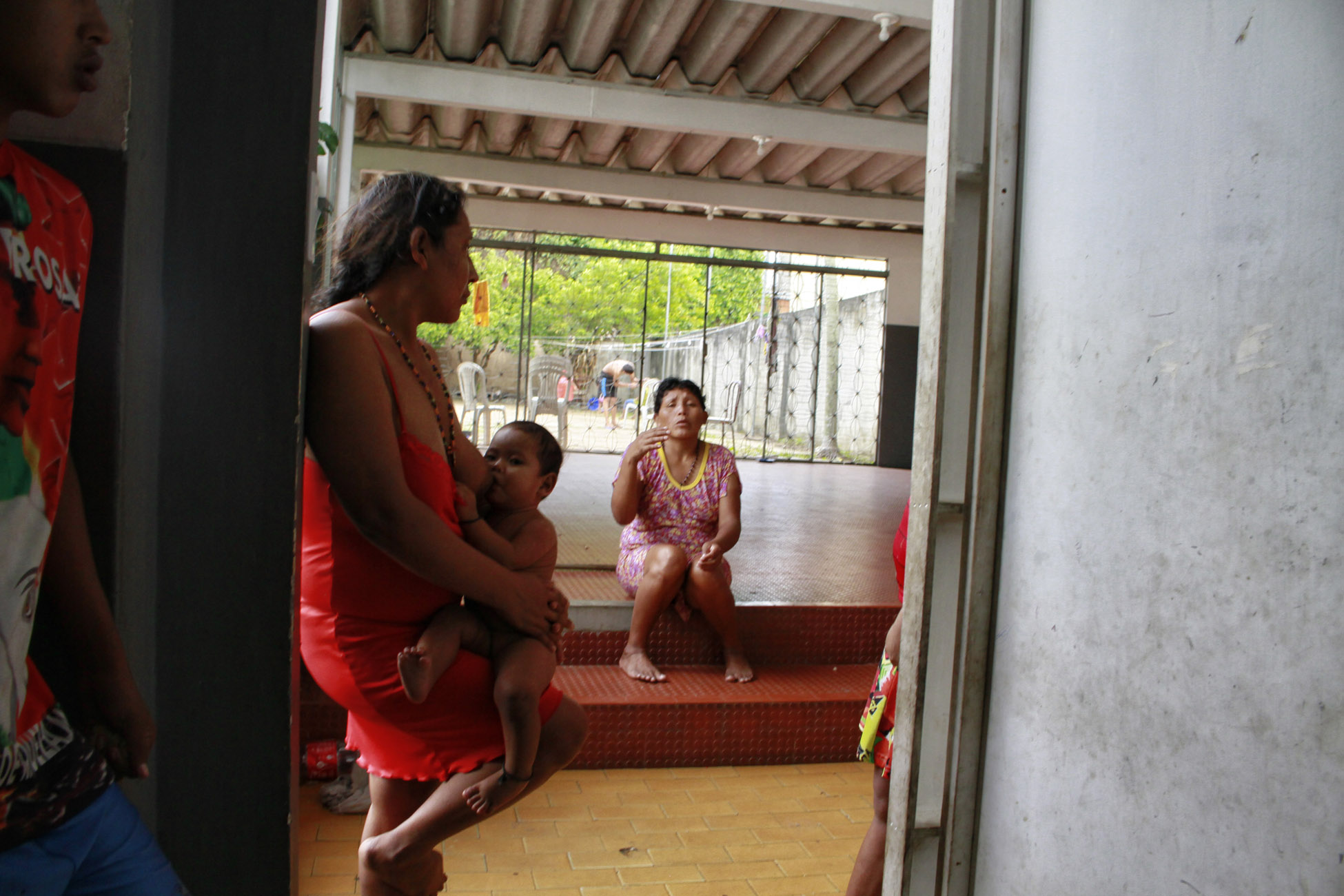 Venezuelan indigenous women in a shelter provided by the city of Manaus, in Amazonas state. Image by Alberto César Araújo / Amazônia Real