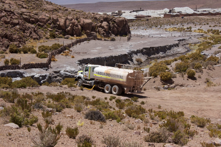 Illegal extraction of water in the Amincha ravine, the habitat of another species of water frog (Telmatobius philippii) in Antofagasta, Chili in 2016. Photo by Gabriel Lobos courtesy of Global Wildlife.