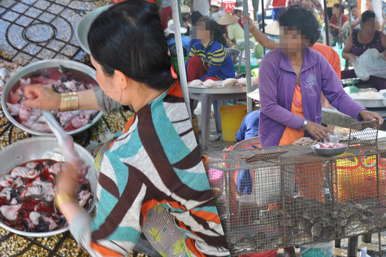 Woman slaughtering rats at a market in Dong Thap, Vietnam (left), and vendor selling live rats in cages (right). Photo credit: WCS/Viet Nam (Huong, et al, 2020)