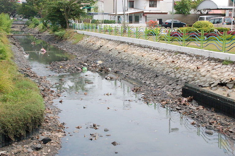 Pollution at in the Nibong Kecil River in Penang, Malaysia. Regulators in Malaysia have to contend with a wide variety of polluters, large and small. Image by Marufish via Flickr (CC BY-SA 2.0).