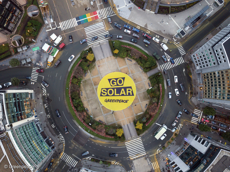 A pro-renewable energy banner near European Union headquarters in Brussels in 2017. Photo © Greenpeace