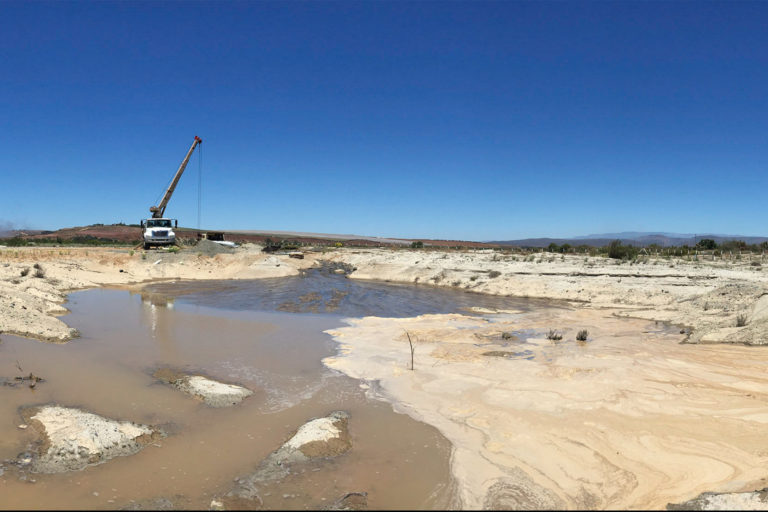 Drilling for water in San Ramón, California. Intense consumption by commercial agribusiness in U.S. states like Arizona and California is steadily using up fossil water.