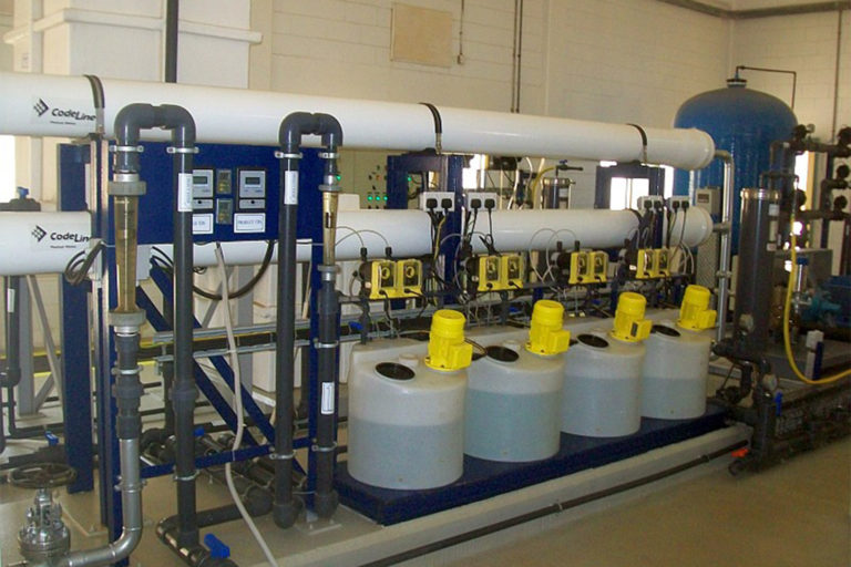 The RO plant, run by the Oman Water Treatment Company, produces freshwater via desalination; it also treats all its wastewater, reusing nearly 80% of it.
