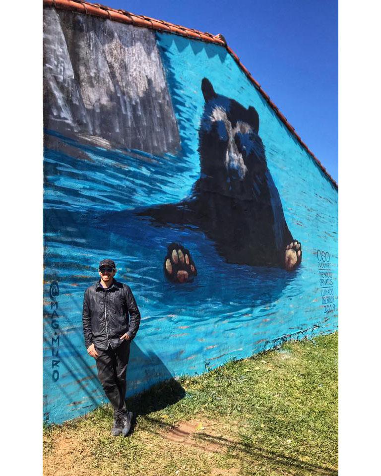 Spectacled bear and the artist Mariano Arrien. Photo credit: El Llamado del Bosque
