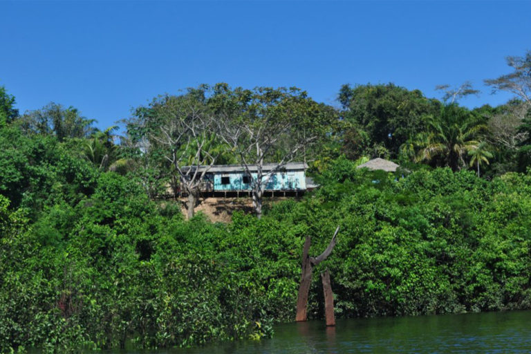 Riverside home in the Lago do Cuniã extractive reserve.