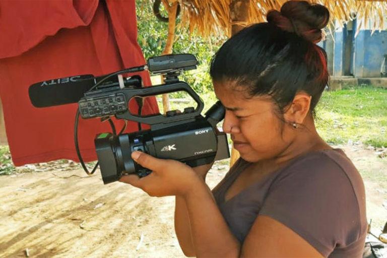 Un membre de la communauté Uru-eu-wau-wau se prépare pour une interview, qui est incluse dans la vidéo accompagnant cet article.