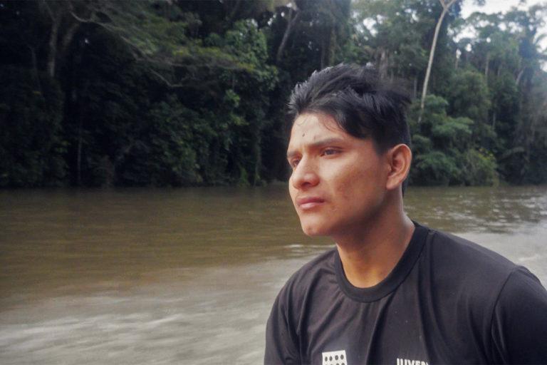 Bitate, le chef de l'Uru-eu-wau-wau, dirige une expédition pour isoler sa communauté au plus profond de la forêt afin de se protéger contre le COVID-19.