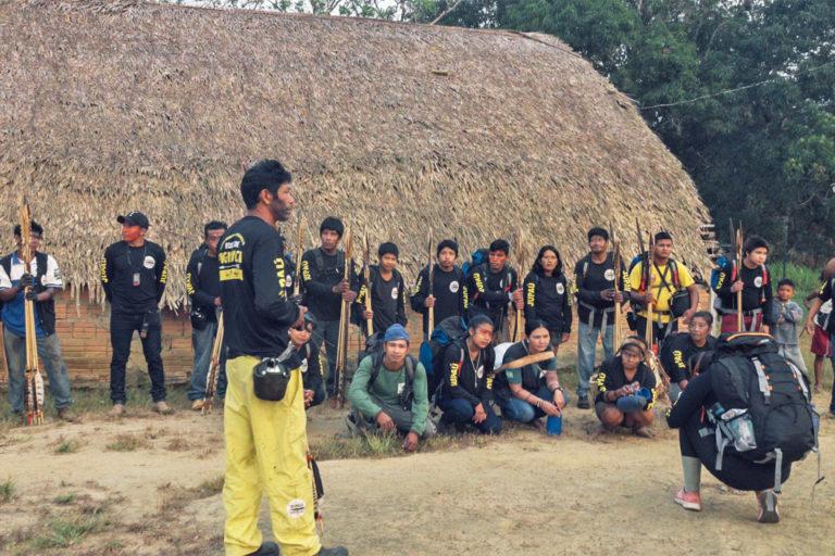Equipée d'unités GPS, de drones et de caméras vidéo, la communauté Uru-eu-wau-wau se prépare à embarquer pour un voyage de plusieurs jours à travers son territoire. Image reproduite avec l'aimable autorisation de l'Uru-eu-w