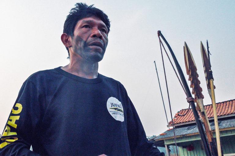Un leader Uru-eu-wau-wau prépare l'équipe avant une mission de surveillance sur son territoire autochtone. Image reproduite avec l'aimable autorisation de l'équipe d'auto-documentation Uru-eu-wau-wau.