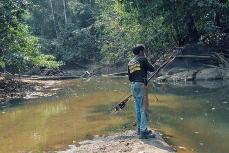Un membre de l'équipe de surveillance autochtone Uru-eu-wau-wau inspecte son territoire à la recherche d'intrus. Image reproduite avec l'aimable autorisation de l'équipe d'auto-documentation Uru-eu-wau-wau.