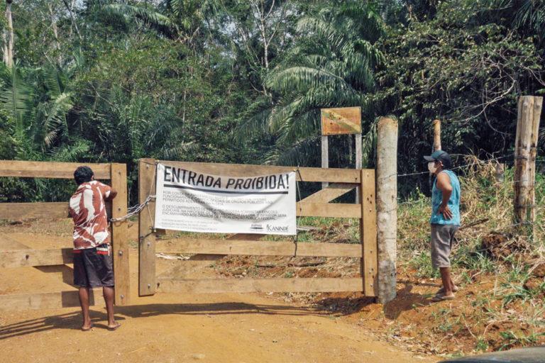 Les membres de l'Uru-eu-wau-wau verrouillent le portail à l'entrée de leur territoire ; le signe lit pas d'entrée. Image reproduite avec l'aimable autorisation de l'équipe d'auto-documentation Uru-eu-wau-wau