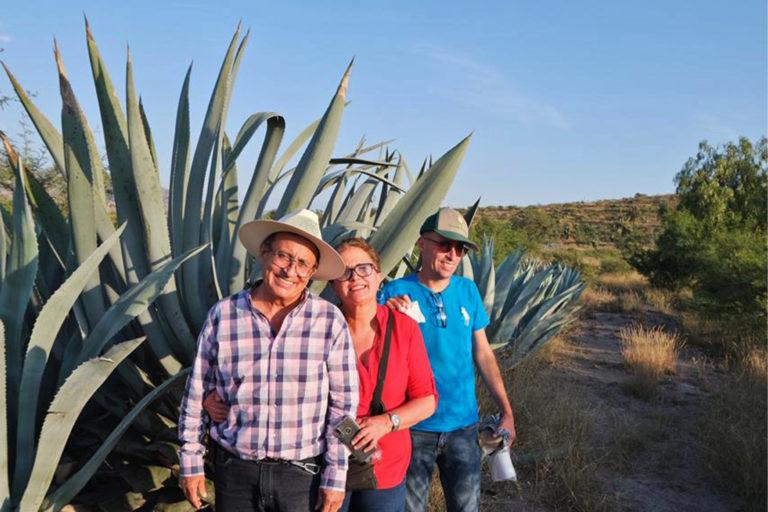José Flores González junto a una planta de agave con su familia. Imagen cortesía de José Flores González.