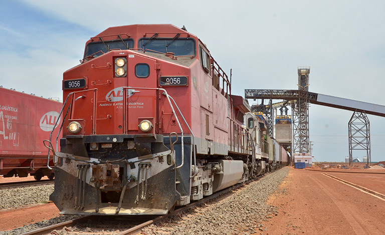 The extension of the rail network has enhanced the capacity of agroindustry to export soy and maize. The Ferrovia Norte links the port of Santos (São Paulo) with the logistical centre at Rondonópolis in Mato Grosso. PAC collection at flickr.com; CC BY-NC-SA 2.0.