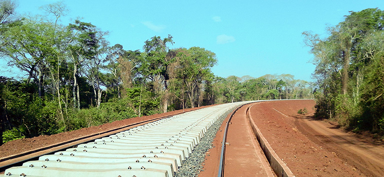 The recently completed Ferrovia Norte Sur spans Tocantins (middle) to connect with the Estrada de Ferro Carajás in Pará. PAC collection at flickr.com; CC BY-NC-SA 2.0.