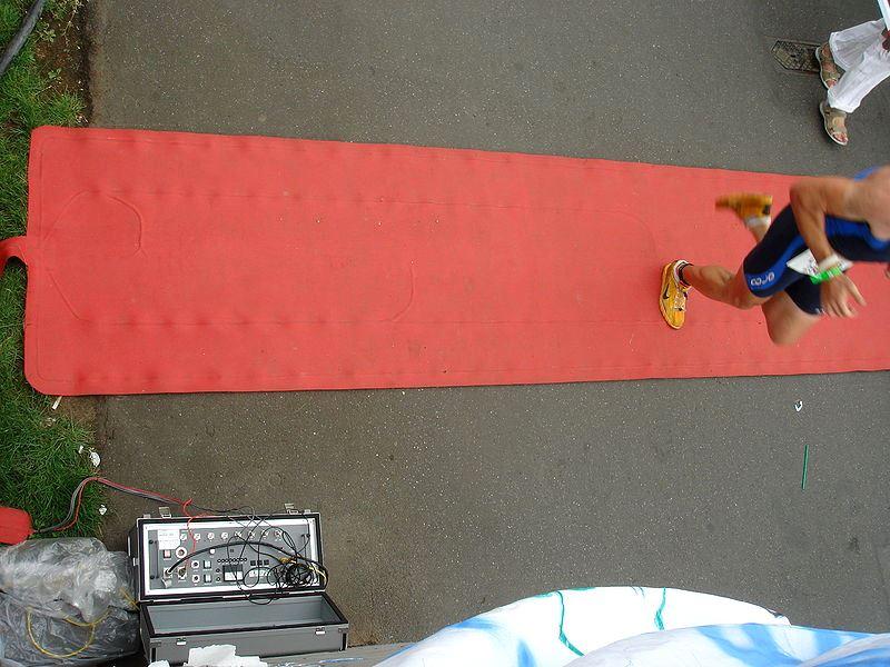 RFID race tag_on runner_rupp.de-WikimediaCommons