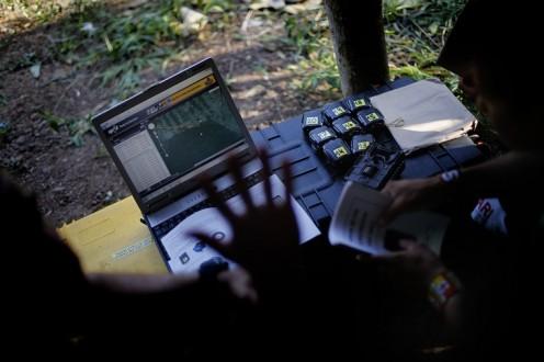 Na foto, indígenas Ka'apor recebem treinamento de ativistas do Greenpeace para utilização de câmeras ocultas e rastreadores via satélite. No final de agosto de 2015, lideranças Ka'apor da Terra Indígena Alto Turiaçu, no norte do Maranhão, começaram a integrar o uso de tecnologia às atividades autônomas de monitoramento e proteção do seu território tradicional, em parceria com o Greenpeace. Entre as ferramentas sugeridas e adotadas na ação pelas lideranças Ka'apor estão mapas mais precisos, armadilhas fotográficas ativadas por sensores de movimento e temperatura que podem flagrar a invasão dos caminhões madeireiros, e rastreadores via satélite, que permitem monitorar suas rotas dentro e fora da Terra Indígena.