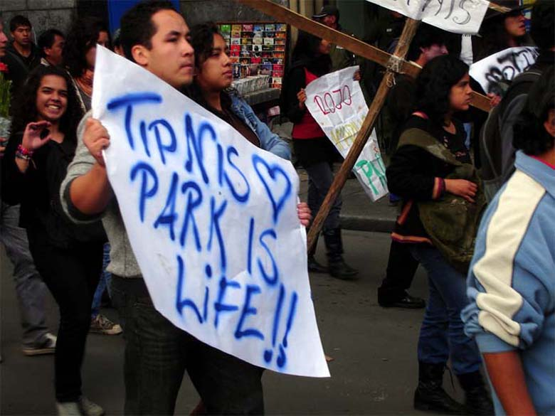 "A protestor holds a ""TIPNIS park is life"" sign in 2011. Photo credit: Pablo Andrés Rivero/Flickr Attribution-NonCommercial-NoDerivs 2.0 Generic."