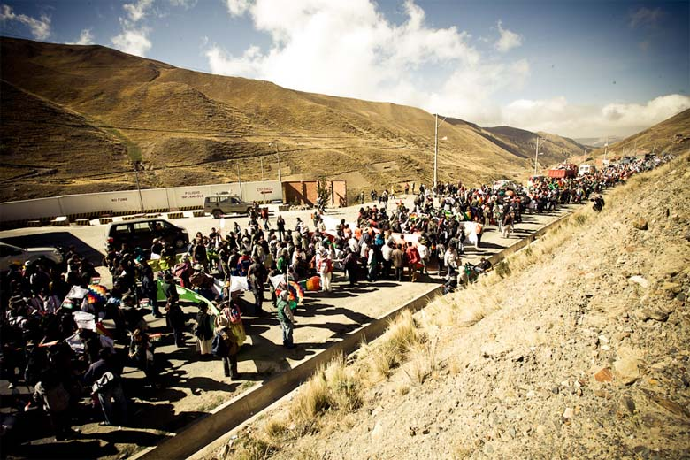 TIPNIS marchers enroute from Trinidad to La Paz during the 2011 TIPNIS protest. Photo credit: Szymon Kochański Attribution-NonCommercial-NoDerivs 2.0 Generic via Wikimedia Commons.