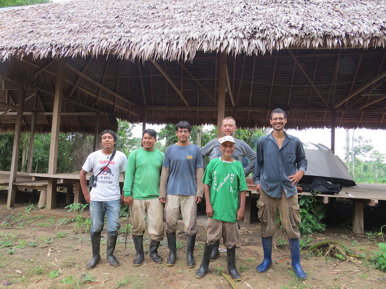 El equipo de la expedición con guías locales, © Proyecto Mono Tocón