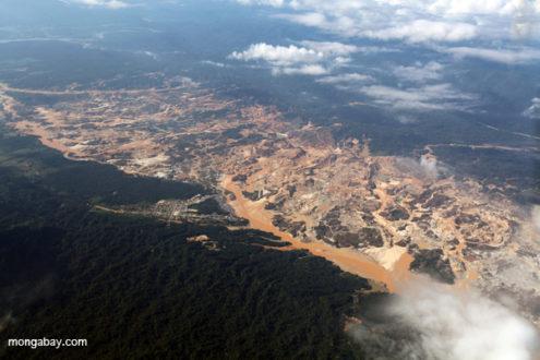 La mina de oro del Río Huaypetue en Madre de Dios, Perú. La foto es del 2011. Photo by Rhett A. Butler.