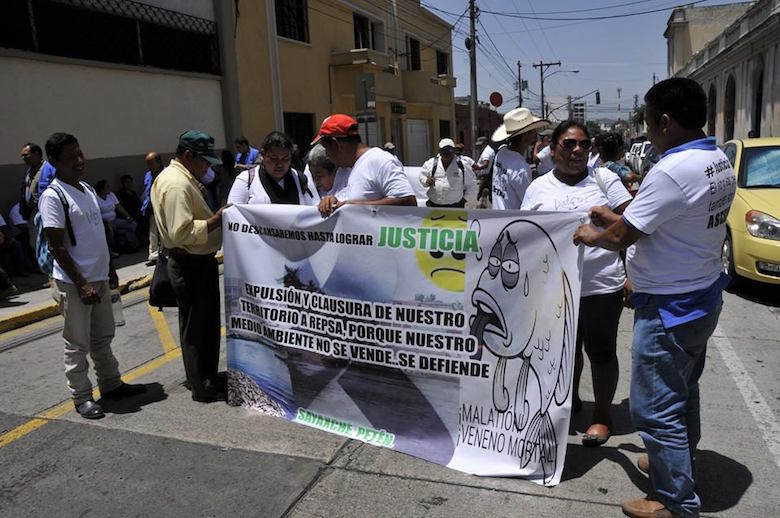 """Sayaxché community residents have staged rallies, marches, and road blockades to protest the ecological disaster and the REPSA oil palm company suspected of being responsible for it. """"We Will Not Rest Until We Achieve JUSTICE,"""" reads a banner at a rally in June. Photo courtesy of El Informante Petenero."""