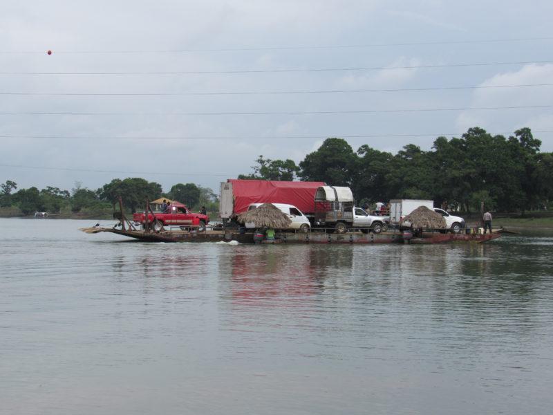 Ferry de Sayaxché. Foto cortesía de Evaristo Carmenate.