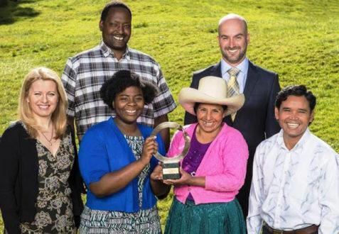 Ganadores del premio Goldman 2016 (de izquierda a derecha): Zuzana Caputova (Eslovaquia), Destiny Watford (EE.UU.), Máxima Acuña, Leng Ouch (Camboya), Edward Loure (Tanzania); Jorge Rivera Herrera (Puerto Rico). Fotografía: Goldman Environmental