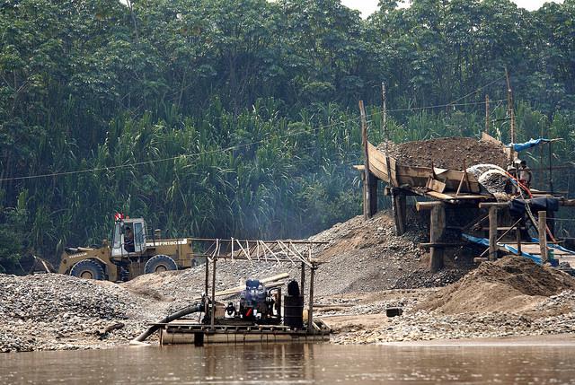 La minería ilegal e informal ya han deforestado más de 2500 hectáreas de bosque en Madre de Dios y contaminan los ríos con mercurio. (Fotografía: SPDA)