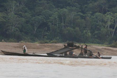 El mercurio utilizado para extraer el oro se echa en los ríos donde habitan los peces que consume la población de Madre de Dios. (Fotografía: Mongabay/Rhett Butler)