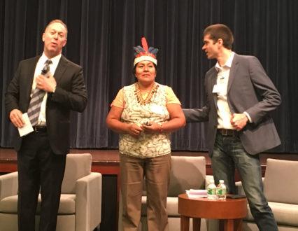 De izquierda a derecha: David Ross, moderador de la presentación de Rainforest Alliance 2016; la líder indígena Juana Payaba Cachique; y el tradutor español Marcos Moroge de Rainforest Alliance, durante la presentación en la ciudad de nueva York el miércoles 11 de mayo.