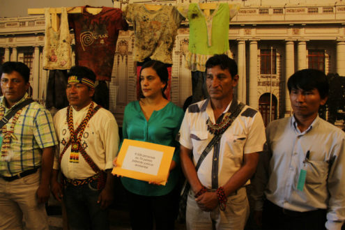 Los líderes indígenas presentaron las 8000 firmas de apoyo para aprobar el proyecto de ley del plan de remediación. De izquierda a derecha: Augusto Manya de Opikafpe; Aurelio Chino de Fediquep; la congresista Verónika Mendoza; Alonso López de Acodecospat e Igler Sandi de Opicap.