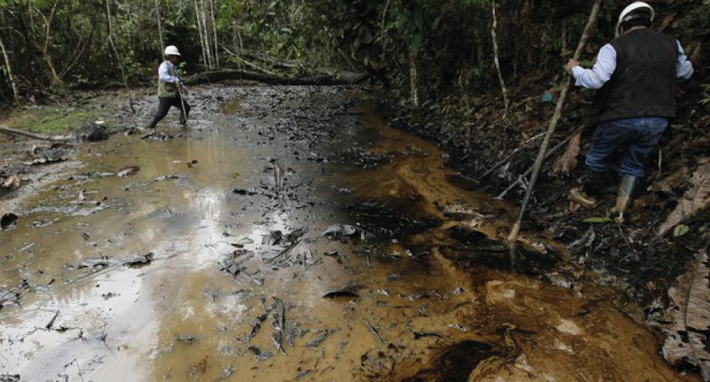 El derrame de petróleo es una constante en los ríos amazónicos, en especial en el Lote 192, concesión que se sobrepone a territorios indígenas. Fotografía: Convoca.pe/imagen referencial