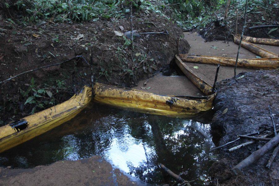 En la imagen se observa el crudo contenido por las barreras, en la quebrada debajo del punto del derrame. Foto de Barbara Fraser.