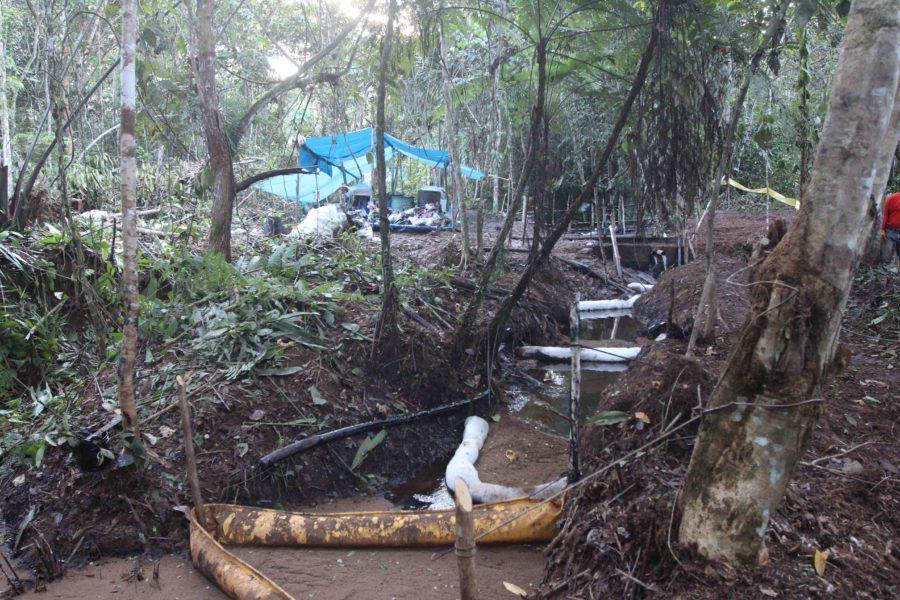 Imagen del crudo contenido por barreras en una quebrada debajo del punto del derrame. Foto de Barbara Fraser.