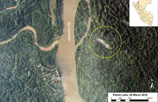 En la imágen satelital se observa el comienzo de la deforestación en las riberas del rio Santiago en Amazonas. (Imagen de ACA/MAAP/2016)