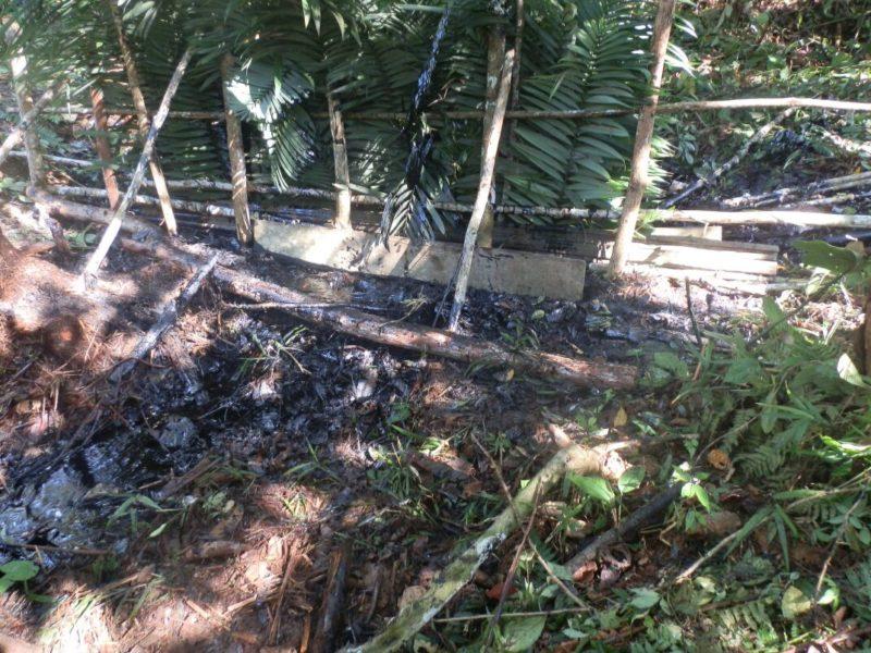 Los trabajadores de Petroperú intentaron contener el crudo con barreras improvisadas. Fotografía de la Alcaldía de Datem del Marañón.