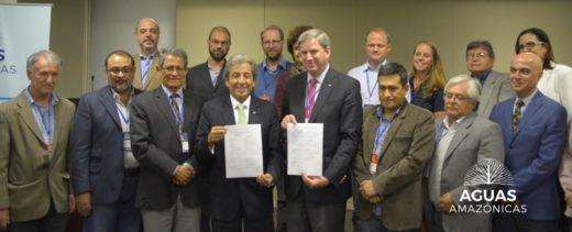 Durante la conferencia se firmó una declaración jurada en la que las partes se comprometían con este nuevo modelo de desarrollo de la Amazonía. Los que sostienen el documento son: a la izquierda, el ministro del Ambiente peruano, Manuel Pulgar-Vidal; y a la derecha, Cristián Samper, director de WCS. (Fotografía: WCS)