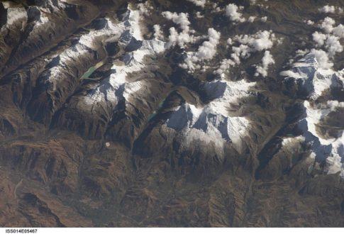 Cada año las nieves del nevado Huascarán están desapareciendo. En la imagen satelital se puede observar la coordillera Blanca con el Huascarán al centro. (Fotografía: Wikipedia)