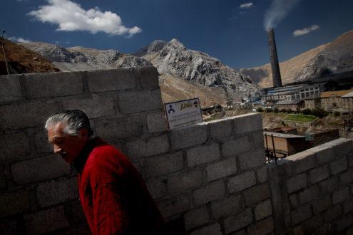 Los pobladores de la ciudad se debaten entre la protección ambiental y de salud y la falta de trabajo de los cientos de obreros ante la paralización del centro minero. Fotografía de Giuliano Koren/AIDA.