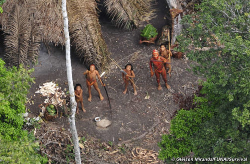 Familia de un pueblo en aislamiento en Brasil. Fotografía: Gleison Miranda/FUNAI/Survival