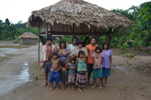 Integrantes del pueblo machiguenga en contacto inicial en el río Camisea. Foto: Ministerio de Cultura.