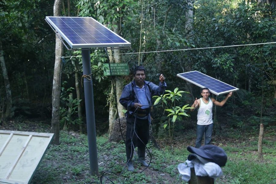 Hugo Vásquez es considerado un conservacionista y dedica sus días a sensibilizar a los pobladores de la zona. En esta imagen muestra orgulloso sus paneles solares. Foto: Cortesía de la SPDA.