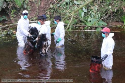 Personal contratado extrae el petróleo de la quebrada. Fotografía de la Municipalidad de Condorcanqui.