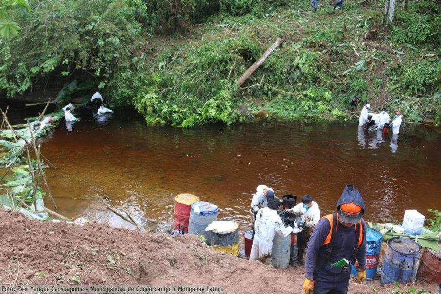 Personal de Petroperú y trabajadores de la empresa LAMOR ponen en marcha plan de contingencia tras el nuevo derrame ocurrido esta mañana en el distrito de Santa María de Nieva, Amazonas. Foto: Cortesía de la Municipalidad de Condorcanqui.